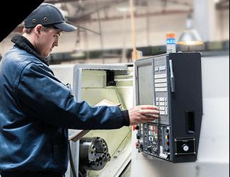 darbuotojas naudoja FASA įrenginį